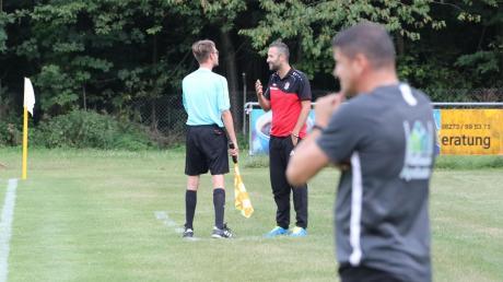 Im Hinspiel konnte Meitingens Trainer Pavlos Mavros beobachten, wie sein Wertinger Kollege Christoph Kehrle Probleme mit den Schiedsrichtern und schließlich die Rote Karte bekam.