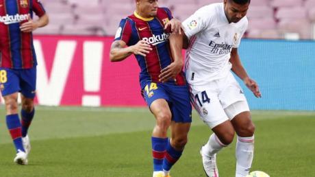 Real Madrids Casemiro (r) und FC Barcelonas Philippe Coutinho (l) beim Kampf um den Ball mit.