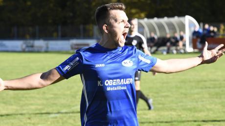Alles muss raus: Fast eineinhalb Jahre war Julian Riederle verletzt. Im Landesliga-Heimspiel seines SC Ichenhausen gegen den FC Ehekirchen wurde er nun erstmals wieder eingewechselt – und erzielte kurz vor Schluss den Siegtreffer.