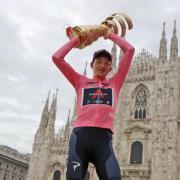 Der Giro d'Italia startet heute am 8. Mai 21. Alle Infos zu den Etappen, dem Zeitplan, Terminen und der Übertragung live im Free-TV und Livestream erhalten Sie hier. Im Bild: Vorjahressieger des Giro d'Italia 2020, der Brite Tao Geoghegan Hart vom Team Ineos-Grenadiers.