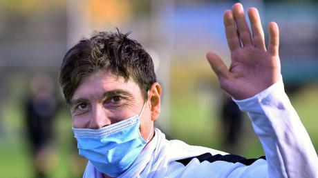 Gut gelaunt mit Maske: Sebastiano Pirrello grüßt als Derbysieger und Tabellenführer der Kreisliga A Iller.