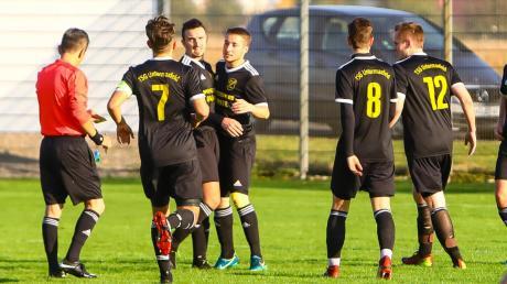 Gut gemacht: Untermaxfelds Torjäger Marco Veitinger (Mitte) wird von seinen Teamkollegen für den lupenreinen Hattrick im Heimspiel gegen den SC Mühlried beglückwünscht.