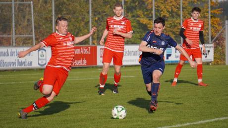 In dieser Szene stimmt der Einsatzwille. Der Affinger Florian Tremmel (rot) versucht, den Ball aus der Gefahrenzone zu bringen. Doch das gelang den Affingern am Sonntagnachmittag gegen den FC Günzburg nicht immer. Weil dem Jorsch-Team der letzte Biss fehlte, hagelte es eine 1:5-Niederlage.