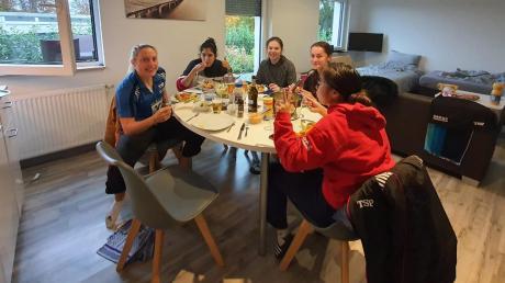 Aus Gründer der Corona-Vorsichtsmaßnahmen verbrachten die Spielerinnen des TTC Langweid die Zeit während der beiden Auswärtsspiele in Westfalen nicht im Hotel, sondern in einer Ferienwohnung. Dort verpflegten sich Cennet Durgun, Nathaly Paredes, Charlotte Bardsley, Vitalija Venckute iund Loan Le (von links) selbst.