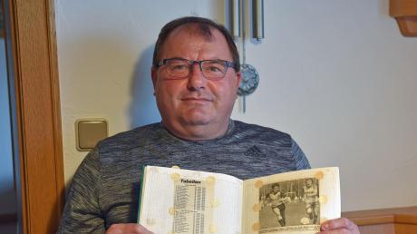 Blättern in Erinnerungen: Siggi Schnell hat in mehreren Heften zahlreiche Zeitungsartikel aus seiner Karriere als Fußballer aufgehoben.