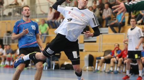 Stefan Knittl ging viele Jahre für die Handballer des TSV Friedberg (im Bild) auf Torejagd. Nun wechselte der 26-Jährige als Spielertrainer zum TSV Aichach. Wie der Zahntechniker mit dieser Situation umgeht.   Stefan Knittl gibt die Richtung beim Training vor.