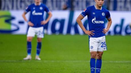 Der FC Schalke 04 um Amine Harit (r) wartet weiter auf einen Sieg.