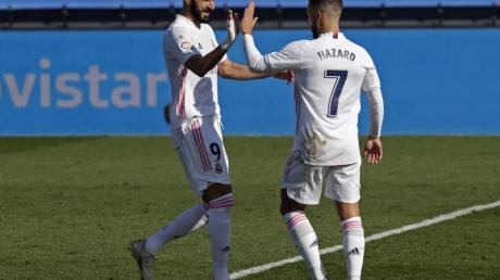 Real-Profi Eden Hazard (r) jubelt mit Karim Benzema.