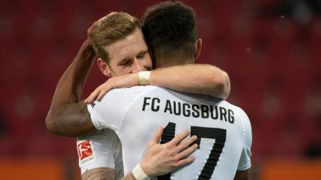 Andre Hahn und Noah Sarenren Bazee feiern den zweitbesten Saisonstart in der Geschichte des FC Augsburg.