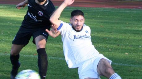 Rassige Zweikämpfe wie hier zwischen Özgün Kaplan (Türkgücü, schwarzes Trikot) und dem Bobinger Berkay Akgün gab es zuhauf.