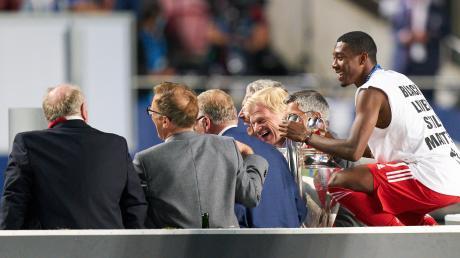 Da war noch alles gut: David Alaba scherzt nach dem Champions-League-Sieg mit der FCB-Führung.