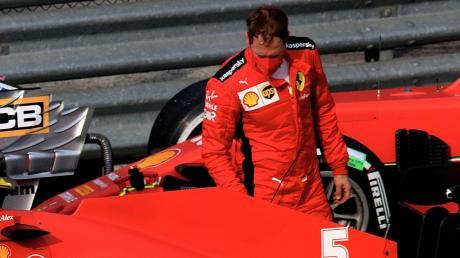 Sebastian Vettel schaut sich nach Rang zwölf in Imola noch einmal genau seinen Rennwagen an. Mit dem Ferrari kommt er weiter nur schwer klar.