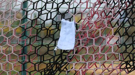 Seine Corona-Schutzmaske hat hier ein Fußballer im Tornetz hinterlassen. Ein Zeichen für die nun beschlossene Winterpause?