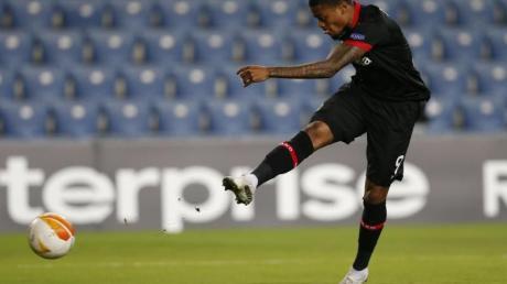 Leon Bailey von Bayer Leverkusen erzielt das erste Tor seiner Mannschaft.