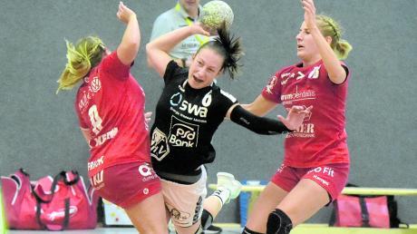 Patricia Horner (Mitte) und die Handballerinnen des TSV Haunstetten werden erst im Januar wieder auf Punktejagd gehen können.