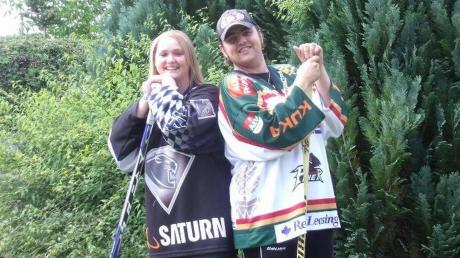Das Ehepaar Meer aus Höchstädt hat sich bei einem Eishockeyspiel kennengelernt. Benjamin ist bekennender Anhänger der Augsburger Panther, das Herz von Ehefrau Tanja schlägt für den ERC Ingolstadt.