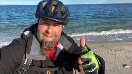 Daumen hoch am Ellenbogen: 13 Tage nachdem der Türkheimer Markus Negele bei Oberstdorf mit seiner Radtour durch Deutschland gestartet ist, erreicht er auf Sylt den nördlichsten Punkt Deutschlands.