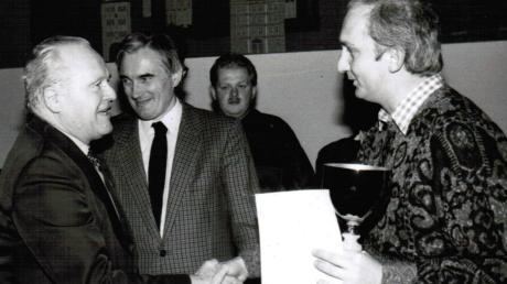 """Der damalige BLSV-Kreischef Toni Kuster (links)gratuliert Helmut Hofweber (rechts) zum Titel """"Landkreis-Sportler des Jahres1987""""."""
