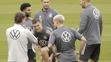 Beim Abschlusstraining hat Bundestrainer Joachim Löw (l) einige Spieler des DFB-Teams versammelt.