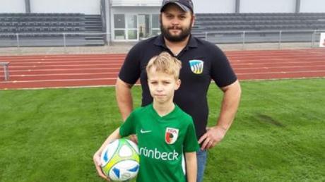 Dillingens Jugendleiter Manuel Busack (hinten) freut sich mit Talent Daniel Tschubik über dessen Wechsel zum FC Augsburg.