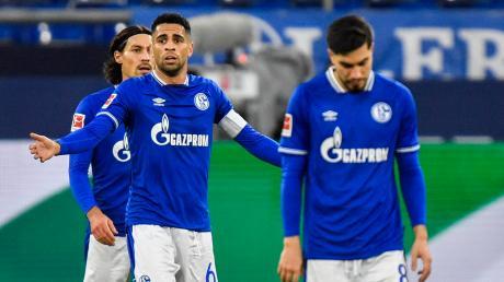 Die Schalker Spieler Benjamin Stambouli, Omar Mascarell und Suat Serdar (von links) während der Niederlage gegen Wolfsburg am vergangenen Wochenende. Die Partie war die 24. in der Liga nacheinander, die die Königsblauen nicht gewinnen konnten.