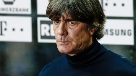 Joachim Löw reagiert auf kritische Fragen zuweilen dünnhäutig. Die Kritik am Bundestrainer häuft sich – und sie entzündete sich nicht erst nach dem desaströsen Auftritt der deutschen Nationalmannschaft beim 0:6 in Spanien.