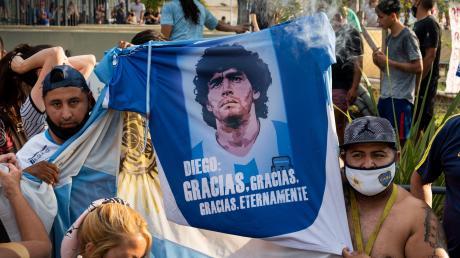 """Grenzenlose Verehrung: """"Diego: Unendlich Danke"""" steht auf dem Trikot, das diese Fans in der argentinischen Hauptstadt Buenos Aires hochhalten. Dort ist Diego Maradona am Mittwoch gestorben."""