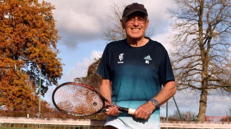 Schwingt mit 78 Jahren immer noch fleißig den Tennisschläger: der ehemalige Spieler und Trainer der Gundelfinger FC-Fußballer Dieter Lang.