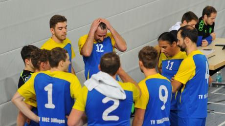 Möglichst bald wieder eng zusammenrücken zu dürfen, um sich in einer Auszeit neu auf das Spiel einzustellen – das wünschen sich nicht nur Dillingens Volleyball-Herren.