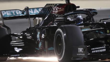 Der Finne Bottas hat die Pole Position für den vorletzten Saisonlauf der Formel 1 in Bahrain erobert.