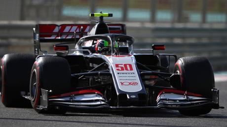 Mick Schumacher auf der Rennstrecke in Abu Dhabi in einem Formel-1-Auto. Haas-Teamchef Günther Steiner lobte ihn für einen super Job im Training am Freitag.