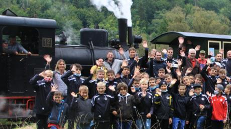 Teambildende Maßnahme: Die FCL-Nachsuchskicker waren mit der Härtsfeld-Museumsbahn unterwegs.