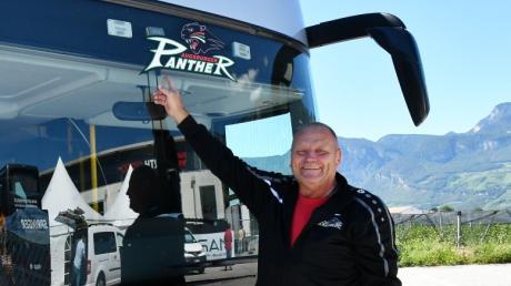 Karl-Heinz Ganser zeigt sein Gefährt, mit dem er die Panther zu ihren Auswärtsspielen bringt – so wie hier beim Dolomiten-Cup.