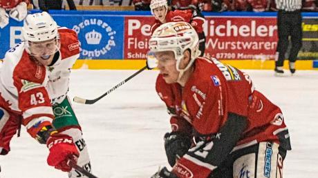 Memmingens Linus Svedlund (rechts) im Kampf um den Puck.
