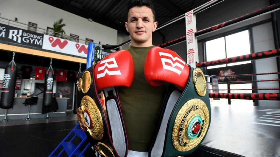 Robin Krasnicki, 33 tahun, memegang sabuk Kejuaraan Dunia WBA dan IBO.