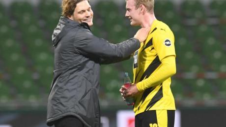 Dortmunds neuer Trainer Edin Terzic (l) im Gespräch mit Julian Brandt.