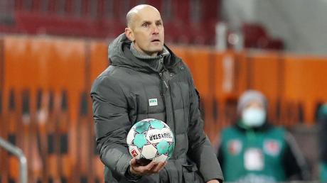 Wenn die Spieler des FC Augsburg den Ball haben, fällt ihnen meist wenig Kreatives ein. Trainer Herrlich arbeitet daran, dass sich das ändert.