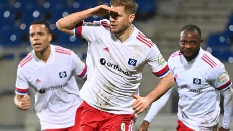 HSV-Stürmer Simon Terodde (M) bejubelt seinen Treffer zum 2:1-Sieg. Rechts hinter ihm Teamkamerad David Kinsombi und links Jan Gyamerah.