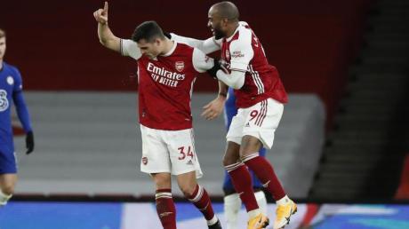 Arsenals Granit Xhaka (M) feiert sein Freistoßtor zum zwischenzeitlichen 2:0.