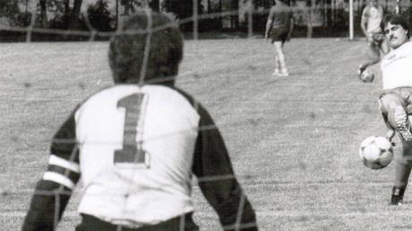 """Vom Kreissparkassenvertreter Josef Bihler (oben links) und Schiedsrichter-Obmann Günther Holz (oben rechts) bekam Adalbert Rehm (Mitte) im Sommer 1983 die Torjägerkanone überreicht. Der """"Bomber"""" spielte zu seiner aktiven Zeit für den TSV Mödingen-Bergheim und den SSV Finningen und wurde zum Schrecken vieler Landkreis-Torhüter (Bild unten)."""
