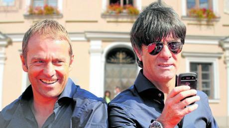 Hansi Flick (links) und Joachim Löw (vor dem Friedberger Rathaus) bringen Glamour in die Herzogstadt.