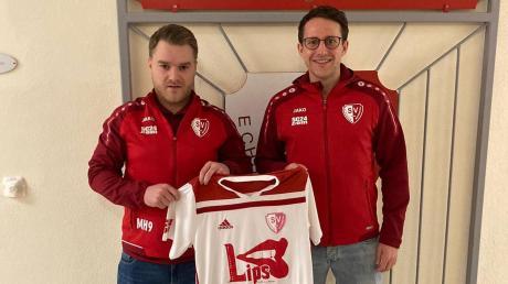 Willkommen beim SV Echsheim-Reicherstein: Abteilungsleiter Maximilian Hertl (links) und der künftige Co-Trainer Marco Friedl (rechts), derzeit noch in Diensten des VfR Neuburg.