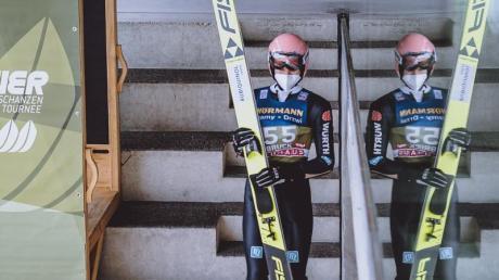 Der Gesamtzweite Karl Geiger gönnte sich am Abend vor dem dritten Springen noch etwas Ruhe.