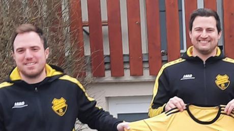 Willkommen beim FC Illdorf: Abteilungsleiter Philipp Brucklachner (links) begrüßt den neuen Spielertrainer Alexander Gerbl (rechts), der ab der Saison 2021/2022 beim A-Klassisten das Sagen haben wird.