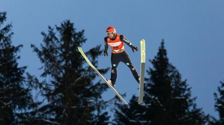 Der Deutsche Markus Eisenbichler springt auf der Hochfirstschanze in Titisee-Neustadt.