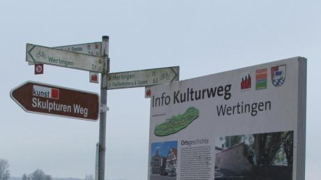 Zahlreiche Informationen gibt es entlang des Skulpturen-Weges bei Wertingen und im Donauried.