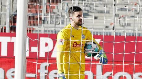 Kiels Torwart Ioannis Gelios reagiert enttäuscht nach dem Treffer zum 0:2.