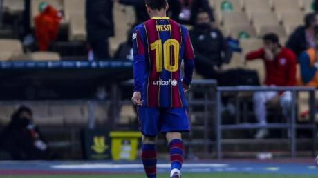 Nach seiner Roten Karte geht Superstar Lionel Messi vom FC Barcelona vom Spielfeld.