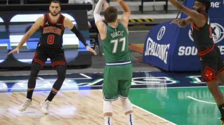 Auch eine Top-Leistung von Luka Doncic (M.) konnte die Niederlage der Dallas Mavericks nicht verhindern.
