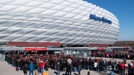 Vier EM-Partien sollen trotz der Corona-Krise in der Allianz Arena in München stattfinden. Zwölf Austragungsorte, zwölf Stadien - das Konzept der EM 20/21 wird diskutiert. Wir informieren über Orte und Stadien.
